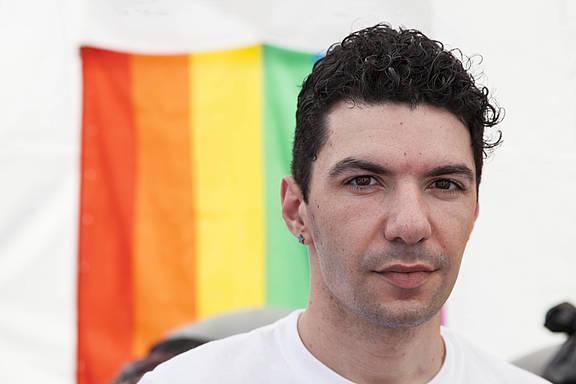 Zak Kostopoulos, queerer Aktivist und Menschenrechtsverteidiger in Griechenland,
