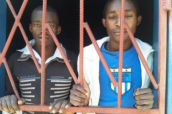 """James Mwape (links) und Philip Mubiana (rechts), angeklagt wegen einer sexuellen Beziehung """"entgegen der natürlichen Ordnung"""""""