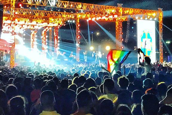 Fans der libanesischen Indie Rockband Mashrou Leila mit einer Regenbogenflagge beim Konzert in Kairo, Ägypten, 22. September 2017, © DPA/PA Images