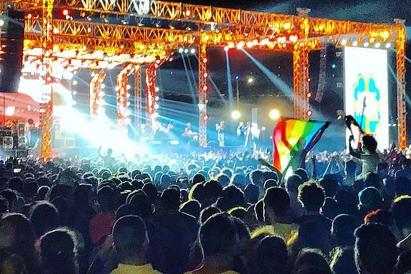 Fans der libanesischen Indie Rockband Mashrou Leila mit einer Regenbogenflagge beim Konzert in Kairo