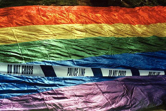 Regenbogenfahne vor einer Polizeiabsperrung nach einem homophoben Angriff in London, April 1999, © Amnesty International