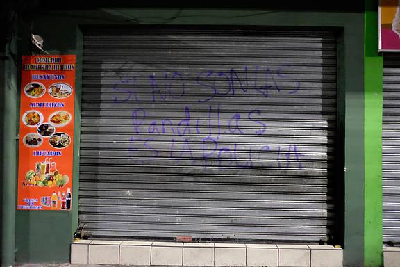 """Graffiti in El Salvador, auf Deutsch: """"Wenn es nicht die Banden sind, dann ist es die Polizei"""""""