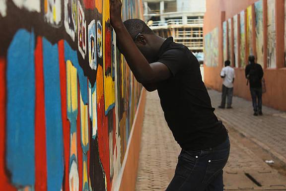 junger Mann in Downtown Yaoundé, Kamerun, der wegen seiner sexuellen Orientierung mehrfach verprügelt und von seinen Nachbarn vertrieben wurde
