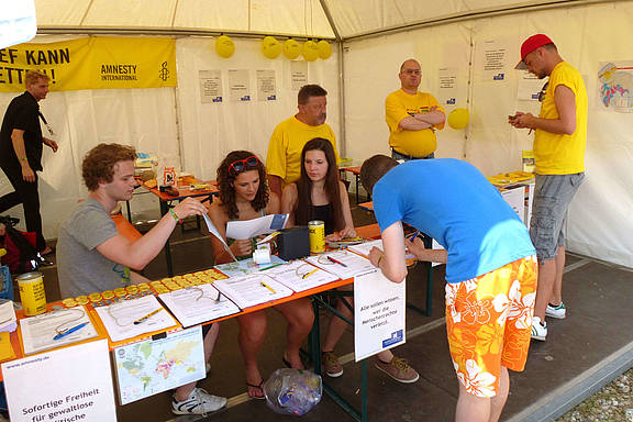 Aktivist_innen von Amnesty International beim Chiemsee Reggae Summer Festival