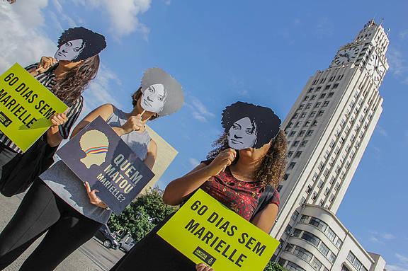 Aktivist_innen fordern in Rio de Janeiro die Aufklärung des Mordes an Marielle Franco und ihrem Fahrer