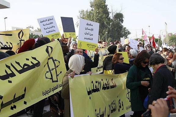 Demonstration von Amnesty-Aktivist_innen in Tunesien: Die Verfassung muss grundlegende Menschenrechte garantieren