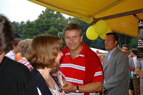 Klaus Wowereit besucht den MERSI-Stand beim Parkfest Friedrichshain
