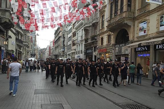Polizeiaufmarsch beim Verbot des Istanbul Pride 2016