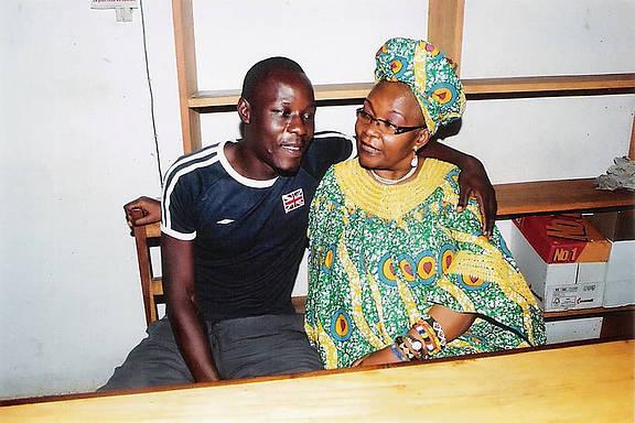 Jean-Claude Roger Mbede mit seiner Anwältin.