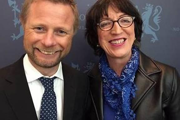 John Jeanette Solstad Remø (rechts) und Norwegens Minister für Gesundheit Bent Høie