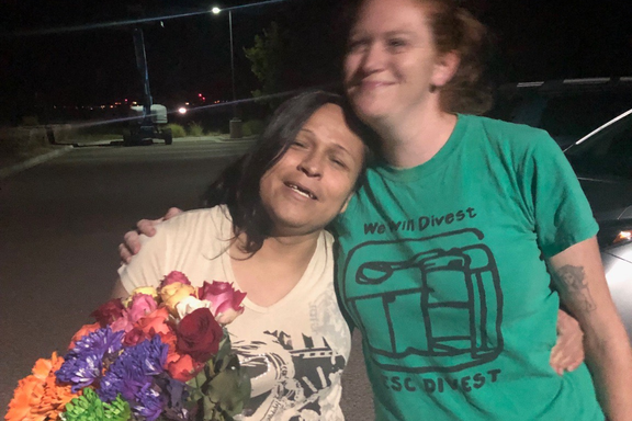 Alejandra mit ihrer Anwältin kurz nach der Freilassung