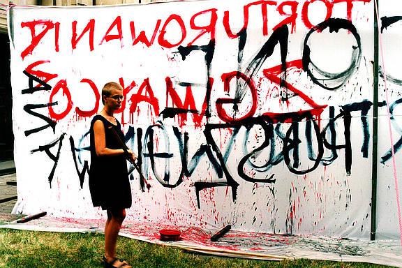 """Amnesty International Polens Ausstellung zum 50. Jahrestag der Allgemeinen Erklärung der Menschenrechte """"Every Body has the right to..."""", 8. Juni 1998 © Jerzy Gumowski/ Agencja Gazeta"""