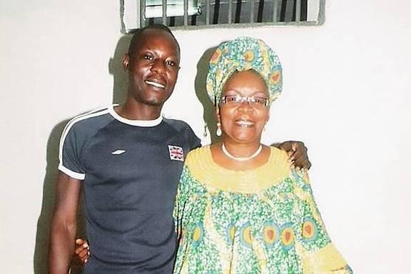 Jean-Claude Roger Mbede im Gefängnis mit seiner Anwältin