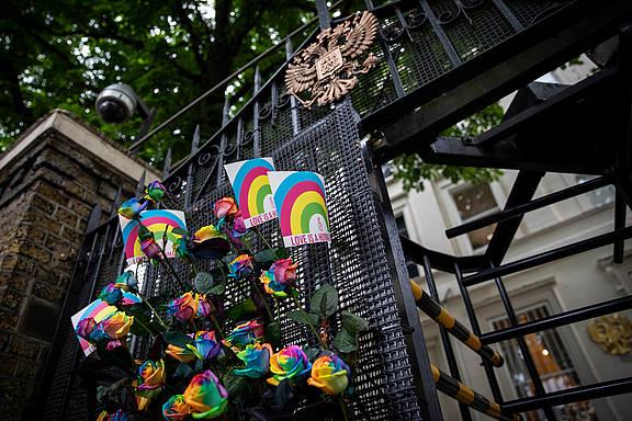 Aktivist_innen von Amnesty UK übergeben eine Petition für LGBTI in Tschetschenien an der russischen Botschaft in London, 17. Mai 2019 © Amnesty International