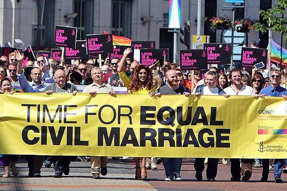 Demonstration in Belfast, Nordirland, für die gleichgeschlechtliche Ehe am 13. Juni 2015, nach dem erfolgreichen Votum in Irland für die Homo-Ehe