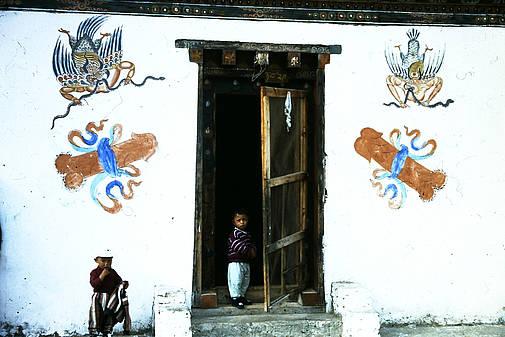 Fruchtbarkeitssymbole an einem traditionellen Haus in Bhutan