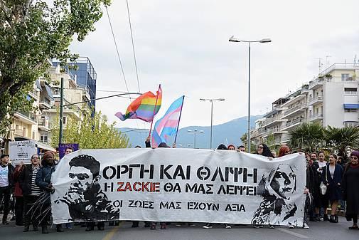 Demonstrant_innen mit einem Transparent während einer Demonstration in Griechenland für Zak Kostopoulos, 01.12.2018 © 2018 SOPA Images