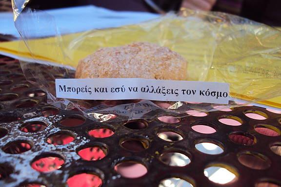 """""""Du kannst die Welt verändern!"""" Aufschrift auf selbst gebackenen Keksen der Amnesty-Hochschulgruppe an der Panteion-Universität Athen für Unterzeichner_innen beim Amnesty-Briefmarathon 2012"""