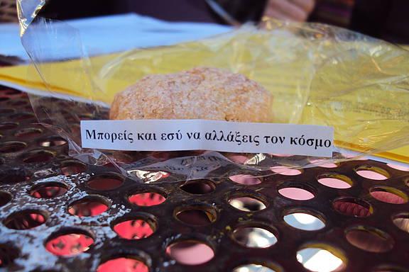"""""""Du kannst die Welt verändern!"""" Aufschrift auf selbst gebackenen Keksen der Amnesty-Hochschulgruppe an der Panteion-Universität Athen"""