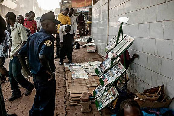Ein Ugander liest die Schlagzeilen der Boulevardpresse, die in der Vergangenheit zu Hetzkampagnen gegen LGBTI aufgerufen hatte
