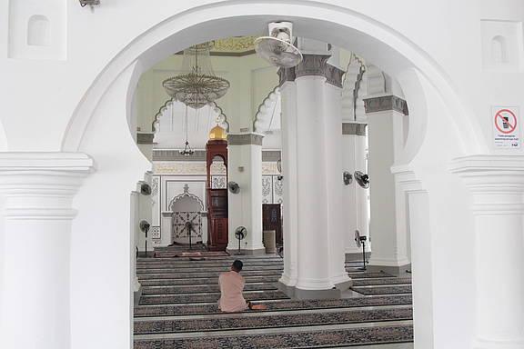 Gläubiger beim Gebet in der Kapitan-Keling-Moschee in Georgetown