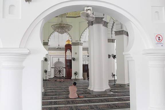 Gläubiger beim Gebet in der Kapitan-Keling-Moschee in Georgetown, Penang, Malaysia