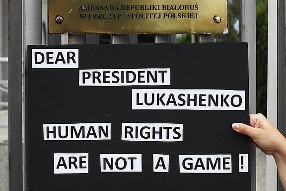 Aktion bei der Übergabe einer Petition an der belarussischen Botschaft in Warschau