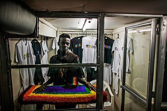 George, ein Model, verkauft in seinem Laden in Nairobi queere Artikel und ist Vorsitzender der LGBTI Gruppe 'Out in Kenya'