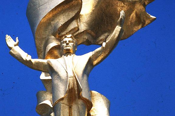 "Kolossalstatue des früheren Diktators ""Turkmenbashi"" Saparmyrat Nyýazow in der turkmenischen Hauptstadt Ashgabat"