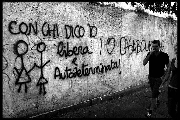 """feministisches Graffiti in Rom, Italien © """"Feminist grafitti, Roma"""" by scottmontreal is licensed with CC BY-NC 2.0. To view a copy of this license, visit https://creativecommons.org/licenses/by-nc/2.0/"""
