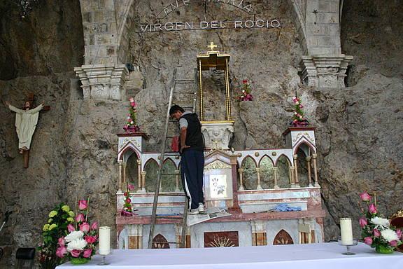 """Im ecuadorianischen Marienwallfahrtsort """"Santuario de la Virgen del Rocio"""" entfernt ein Arbeiter die Statue"""