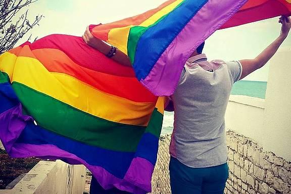 Regenbogenflagge am Strand in Tunesien