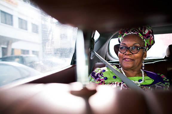 Alice Nkom unterwegs zu einem Arbeitstermin in Douala