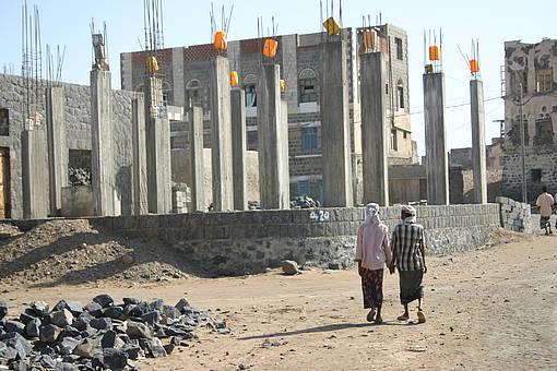 Zwei Bauarbeiter halten Händchen in der jemenitischen Hafenstadt Mokka, 30.12.2007 © Rupert Haag