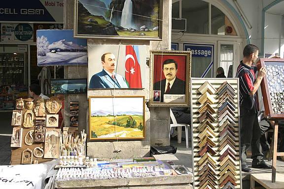 Portrait des aserbaidschanischen Präsidenten Ilham Aliyev in einer Galerie in der Hauptstadt Baku