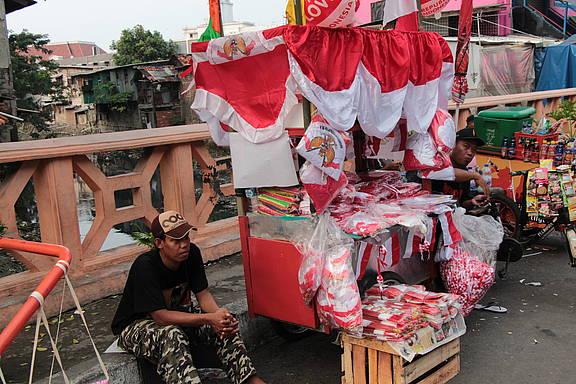 Straßenverkäufer in Indonesiens Hauptstadt Jakarta verkauft Dekoration zum Nationalfeiertag