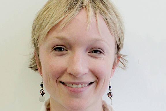 Emily Gray - Amnesty-Expertin für Menschenrechte und sexuelle Orientierung bzw. Geschlechtsidentität