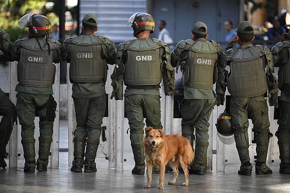 Mitglieder der Bolivarischen Nationalgarde Venezuelas blockieren den Zugang zum Bundesgesetzgebungspalast in der Hauptstadt Caracas, 15. Mai 2019 © RONALDO SCHEMIDT/AFP via Getty Images