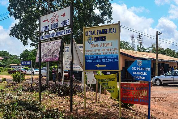 """Werbung für Kirchen in Ghana nahe Asuotwene Accra, 12. September 2013 © """"Accra, Ghana"""" by jbdodane is licensed with CC BY-NC 2.0. To view a copy of this license, visit https://creativecommons.org/licenses/by-nc/2.0/"""