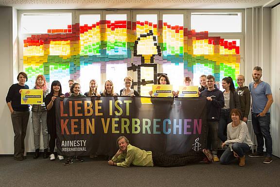 """Solidaritätsaktion von Amnesty Deutschland für die taiwanische Partnersektion zur Kampagne """"Rainbow for Taiwan"""" im Oktober 2018"""