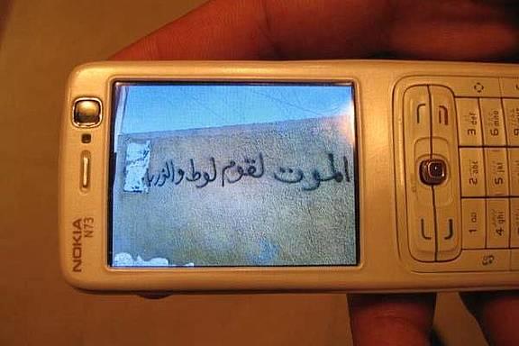 """Graffiti an einer Wand in Kufa, Najaf Region, """"Tod den Schwulen und dreckigen Leuten"""""""